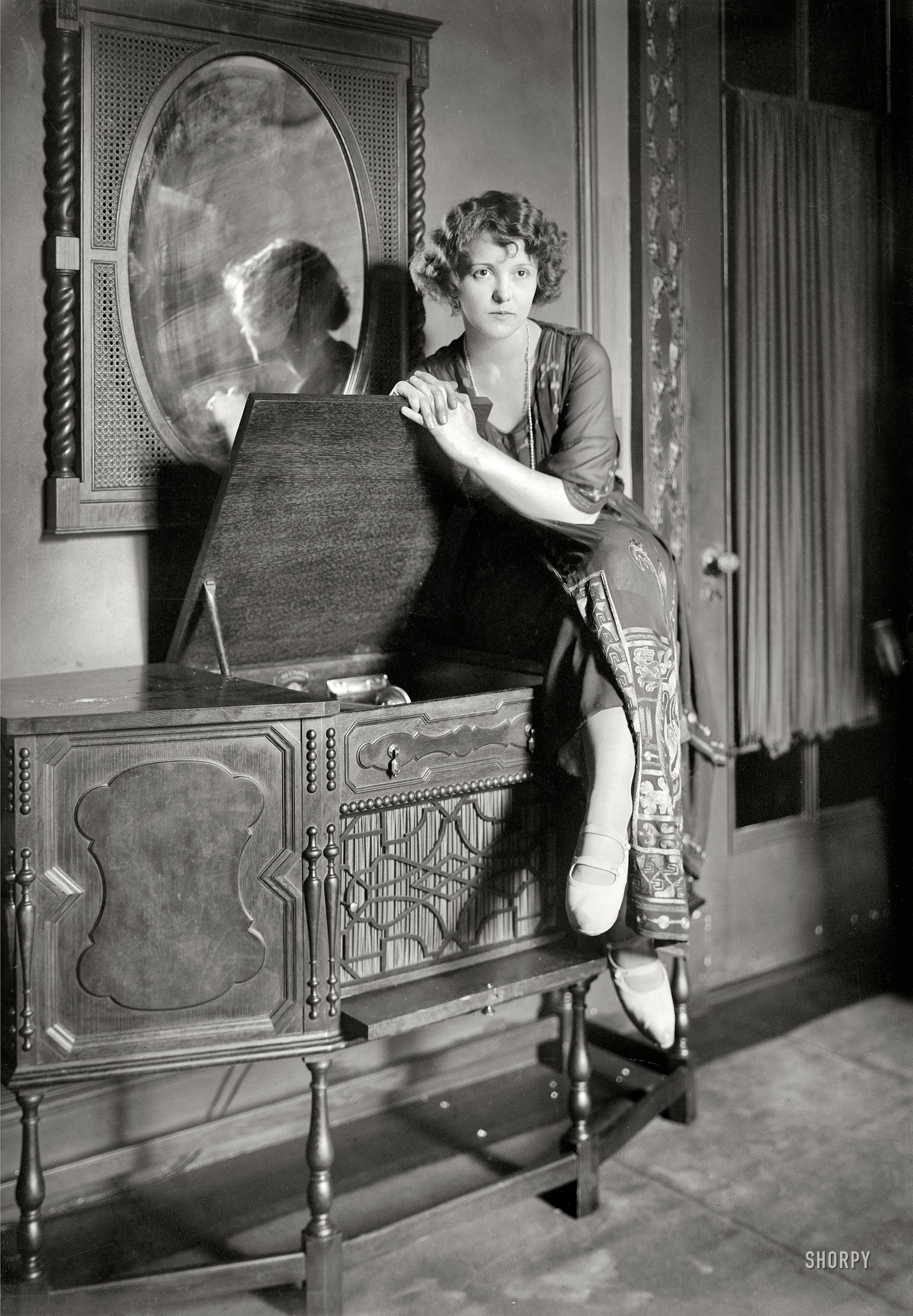 Phonograph Old Fashioned Way